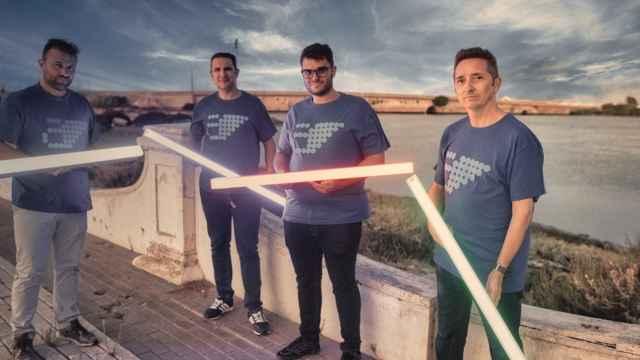 El equipo de Archangelus (de izquierda a derecha): Carlos Llamas Linares, Alberto Duro, Carlos Llamas Jaén y José L. Rodríguez. Posan con las luminarias de los escalones inteligentes.