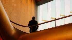 Un ejecutivo en unas oficinas durante una jornada de trabajo.