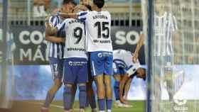 El equipo celebra uno de los goles del domingo.