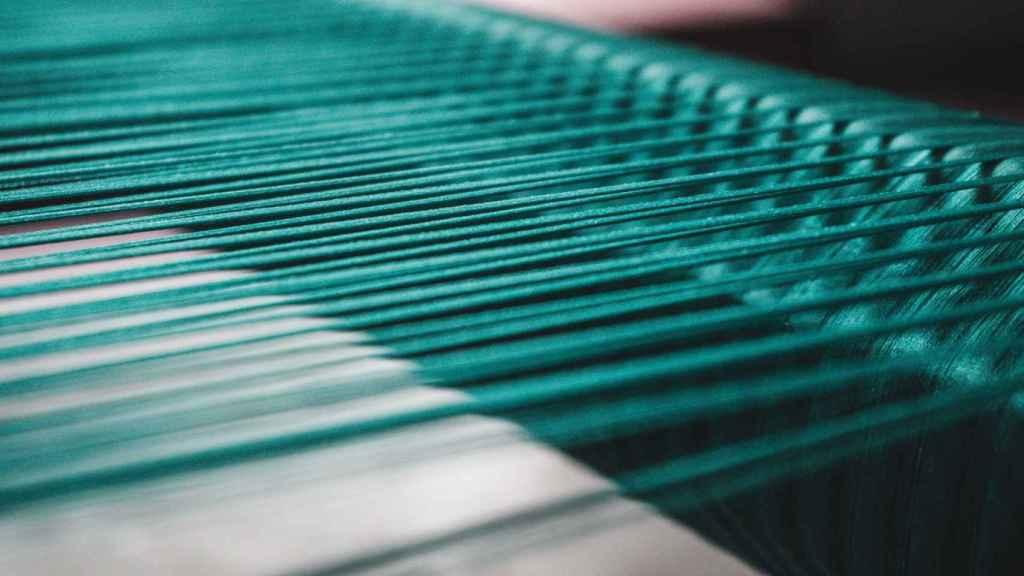 El hilo actúa como sensor para medir la tensión y temperatura.