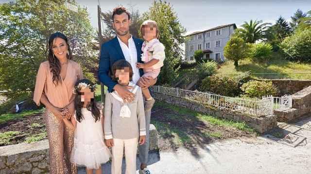 Jorge Pérez junto a su mujer y sus hijos, frente al colegio de los pequeños, en un montaje de Jaleos.