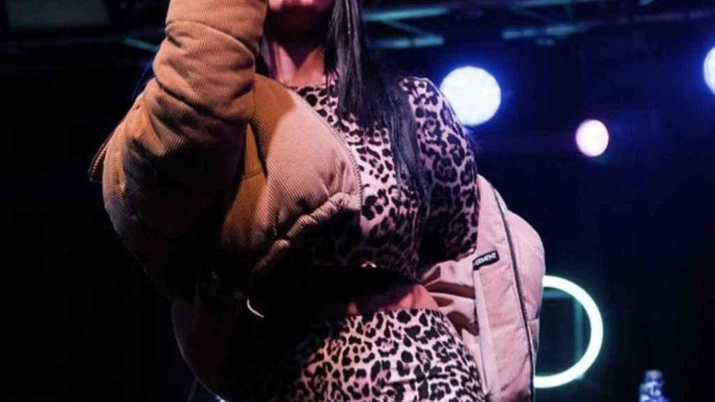 La artista Albany durante un concierto.