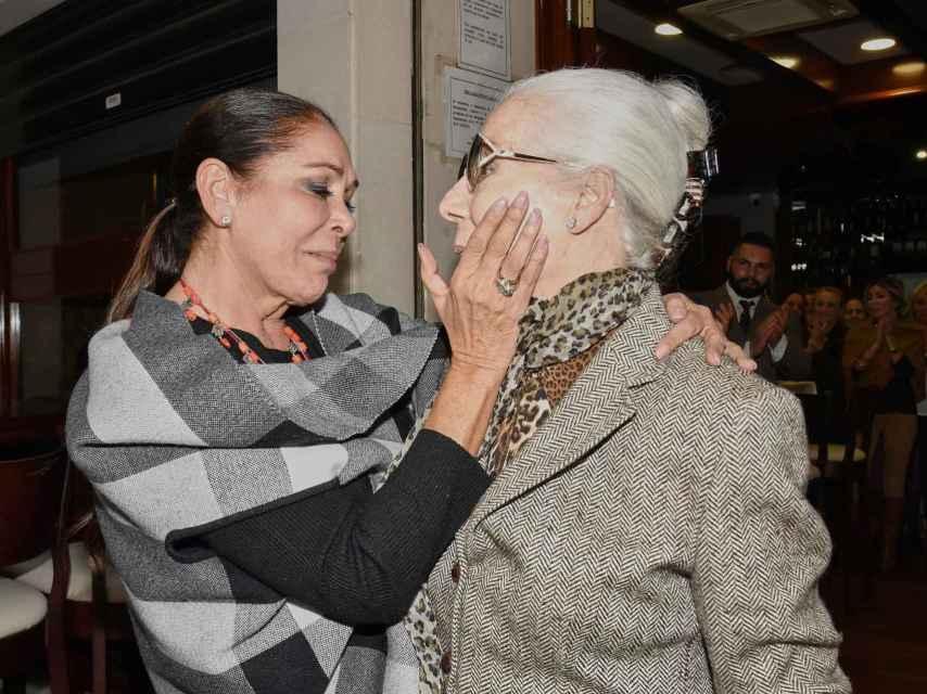 Isabel Pantoja en noviembre de 2019 junto a Lina en la que fue una de las últimas apariciones en público de la diseñadora.