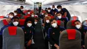Los jugadores del Juvenil A, en su vuelo para jugar frente al Inter de Milan en la Youth League