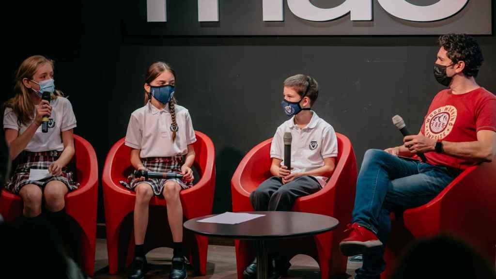Los estudiantes Maya Sánchez, Luz Blasco y Javier Trelles, acompañados de César Bona.