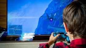 Un niño jugando a videojuegos.