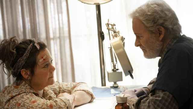 Melissa McCarthy y Kevin Kline protagonizan 'El estornino' para Netflix.