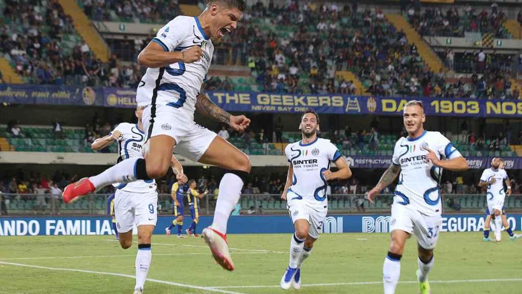 Joaquín Correa celebra un gol con el Inter