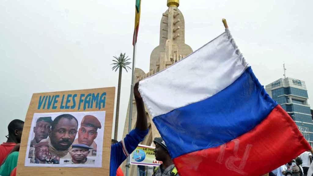 Malienses sostienen una imagen del líder de la junta militar Goita durante una manifestación en Bamako