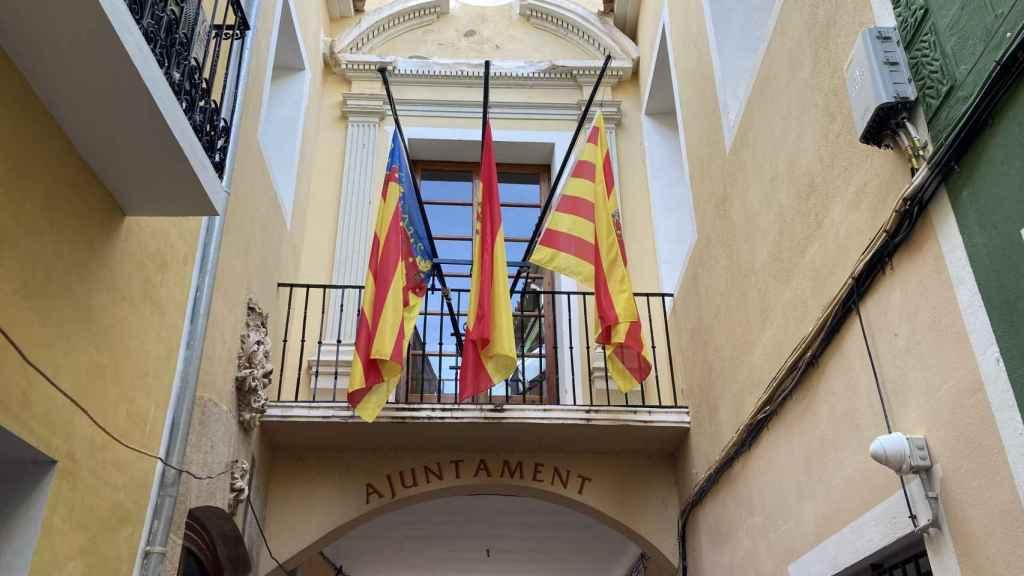 Banderas a media asta en los edificios municipales de Villajoyosa en señal de duelo.