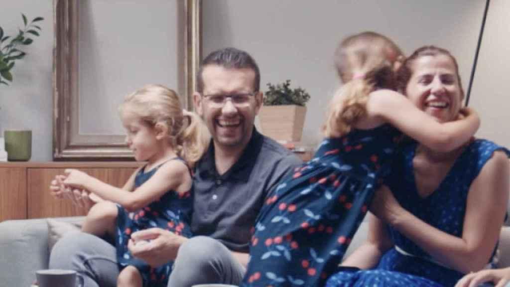 Sonia y Víctor, con sus hijas Alba y María.