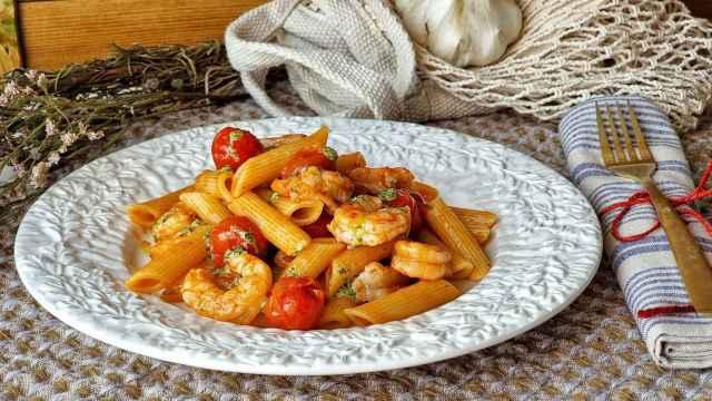 Macarrones con tomate y gambas, una receta actualizada