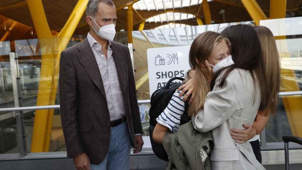 La reina Letizia despidiendo a Leonor en el Aeropuerto de Madrid-Barajas con un emotivo abrazo.