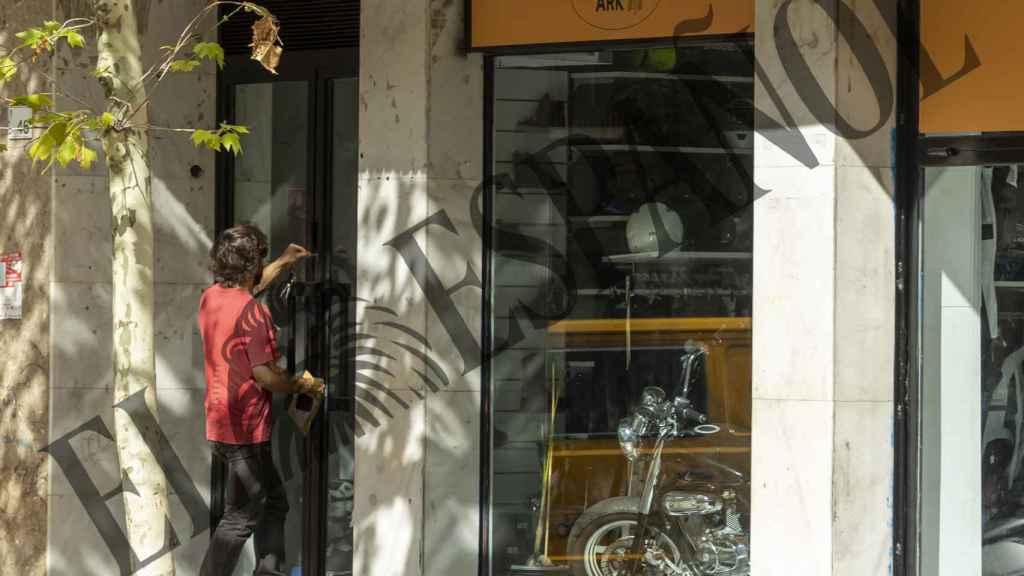 Gonzalo Sierra ha sido captado abriendo la puerta de su negocio de motos.