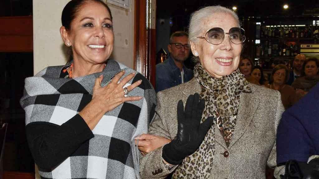La diseñadora Lina junto a Isabel Pantoja, quien muchas veces confió en ella para sus giras.