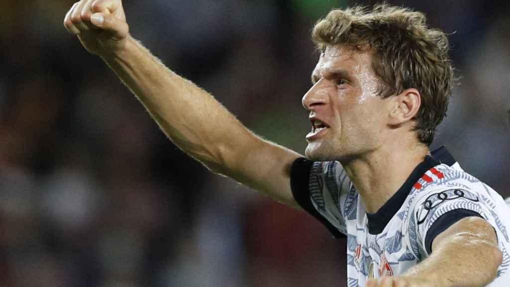 Thomas Müller levanta el puño para celebrar su gol al Barça