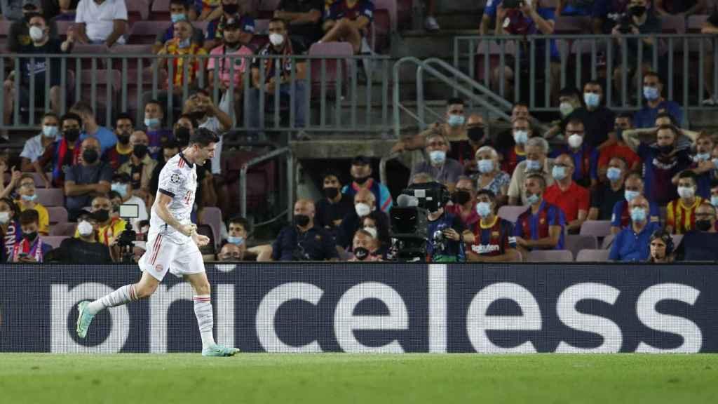Robert Lewandowski celebra su gol ante la afición del Barça