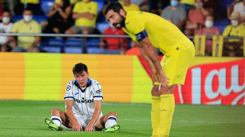 Raúl Albiol y Freuler, en el Villarreal - Atalanta de la Champions League 2021/2022