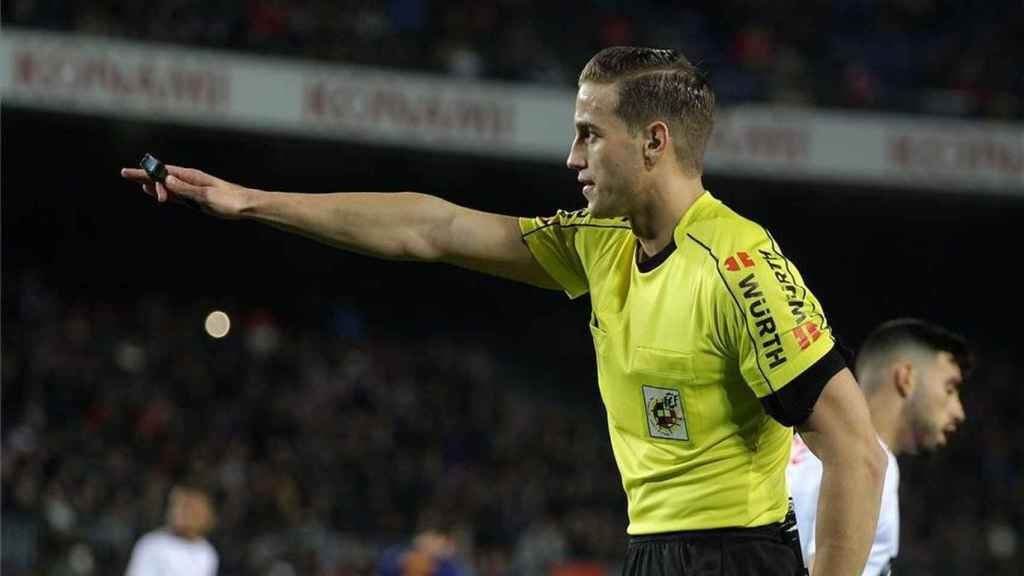 Javier Alberola Rojas arbitrando un partido de La Liga