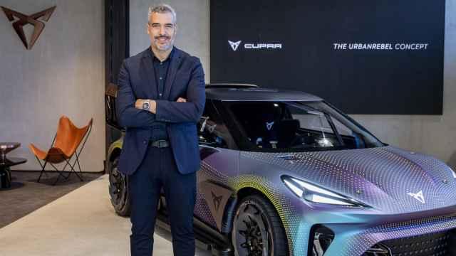 El jefe de diseño de Seat y Cupra, Jorge Díez, junto al prototipo de futuro coche eléctrico.
