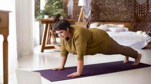 Una mujer realiza una plancha como ejercicio de core.