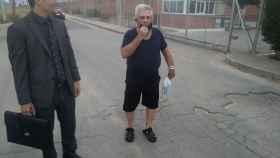 Pepe 'El Melón' a su salida de prisión en Murcia, este lunes, junto a su abogado Raúl Pardo-Geijo.