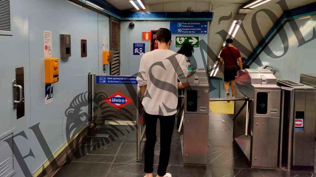 El falso denunciante de Malasaña, el pasado miércoles, cogiendo el Metro.