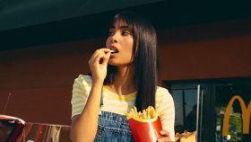 Aitana en la imagen promocional de su menú.