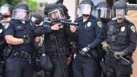 Policía de Riverside se prepara para enfrentarse a los manifestantes durante una protesta por el asesinato de George Floyd. EP