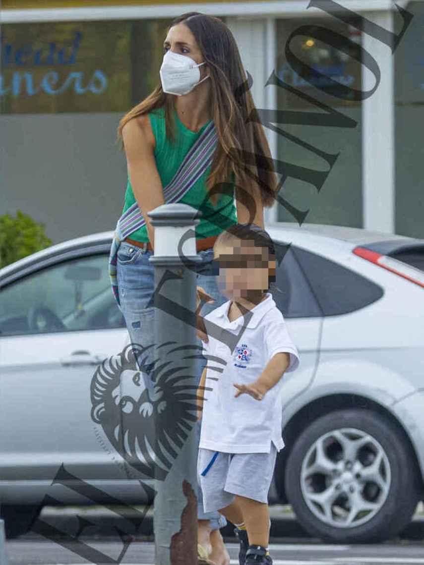 Elena Furiase y su hijo Noah tras recibir el tratamiento contra piojos y liendres.