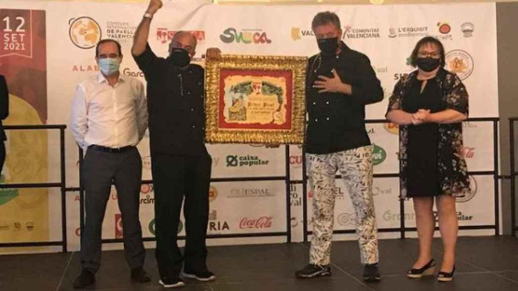 Javier Fernández y Óscar de la Fuente, recibiendo el diploma por hacer la mejor paella valenciana del mundo.