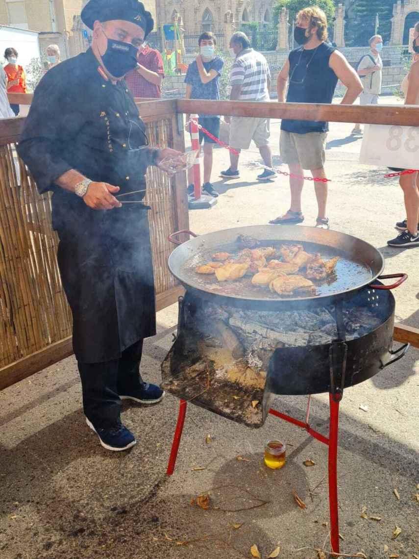 Javier Fernández, uno de los cocineros de El Madrileño, preparando la paella.