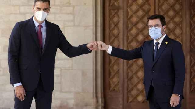 Sánchez, a la izquierda, junto a Aragonès.