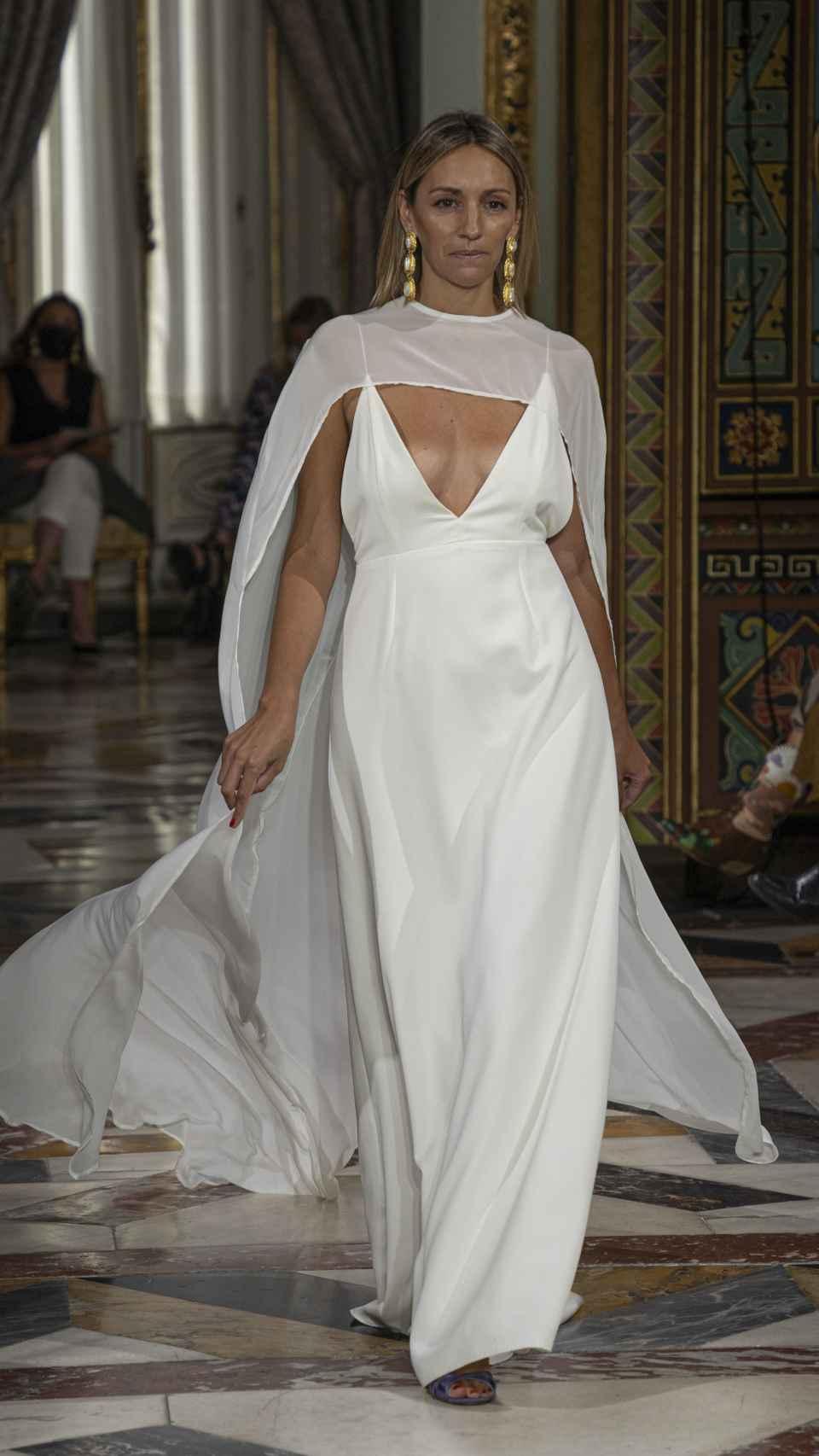 Beatriz Tajuelo desfilando vestida de novia.