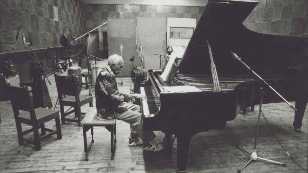 Ruben Gonzalez sentado ante el piano en EGREM.