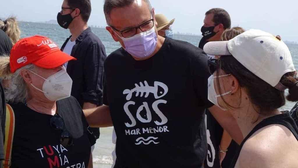 El socialista Diego Conesa con una camiseta de S.O.S. Mar Menor.
