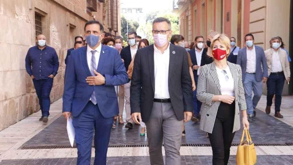 El alcalde de Murcia, José Antonio Serrano, el secretario general del PSOE, Diego Conesa, y la alcaldesa de Campos del Río, María José Pérez.
