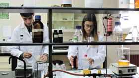 Marcos Mateos y María Díez trabajando en el laboratorio