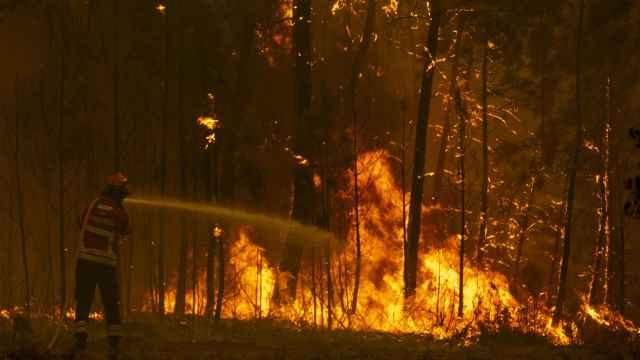 Los bomberos intentan extinguir un incendio forestal en Chaveira, Portugal,  en 2019.