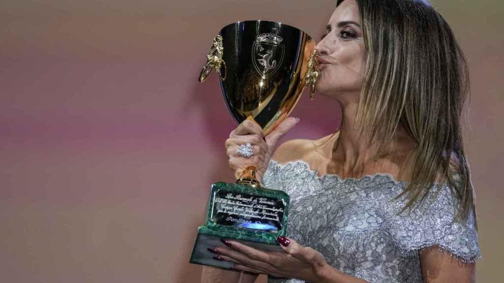 Penélope Cruz con la codiciada Copa Volpi.