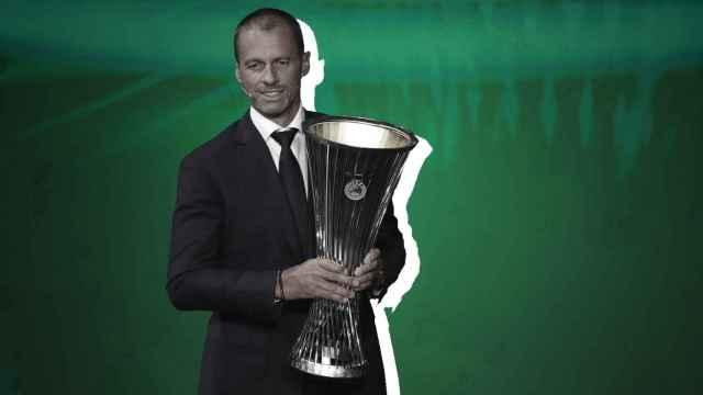 Ceferin, con el trofeo de la UEFA Conference League