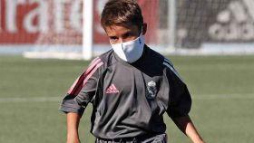 Canterano del Real Madrid jugando con mascarilla