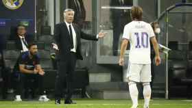 Carlo Ancelotti dialoga con Luka Modric durante el partido de Champions League frente al Inter de Milan
