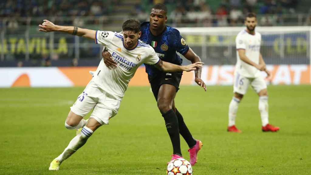 Denzel Dumfries agarra a Fede Valverde