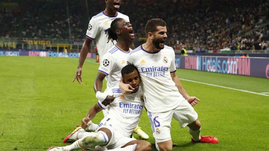 Rodrygo Goes celebra con sus compañeros su gol al Inter de Milan