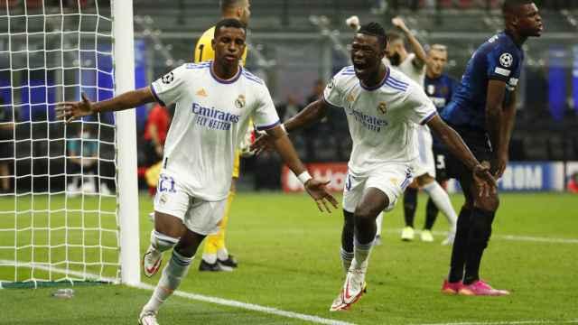 Camavinga celebra con Rodrygo el decisivo gol del brasileño al Inter de Milan