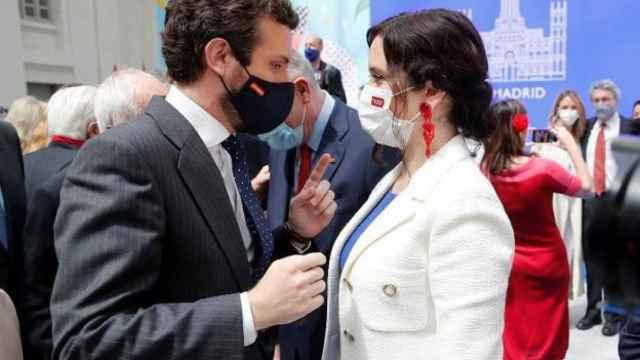 Pablo Casado charla con Isabel Díaz Ayuso en el Ayuntamiento de Madrid.