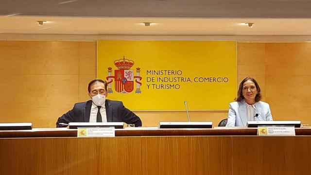 El ministro de Asuntos Exteriores, Unión Europea y Cooperación, José Manuel Albares y la ministra de Industria, Comercio y Turismo, Reyes Maroto.
