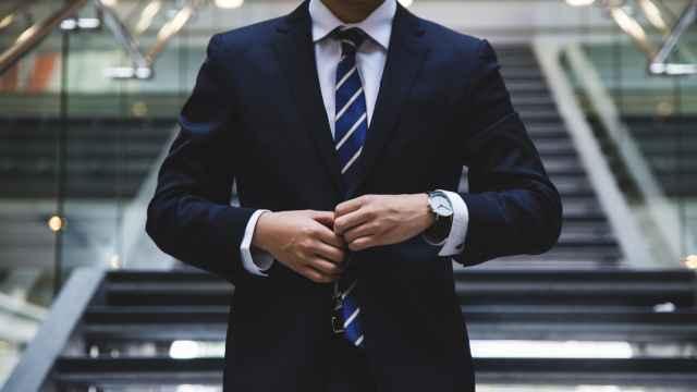 Un ejecutivo en traje.