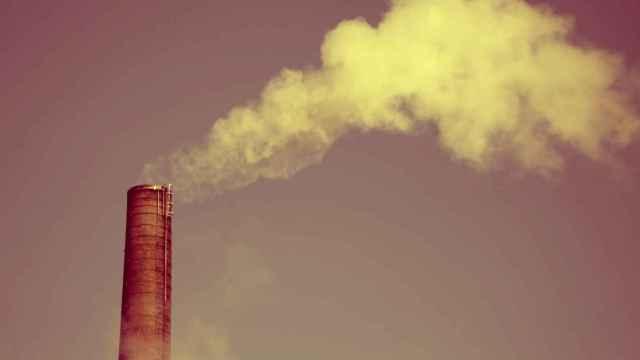 Una fábrica expulsando humos.